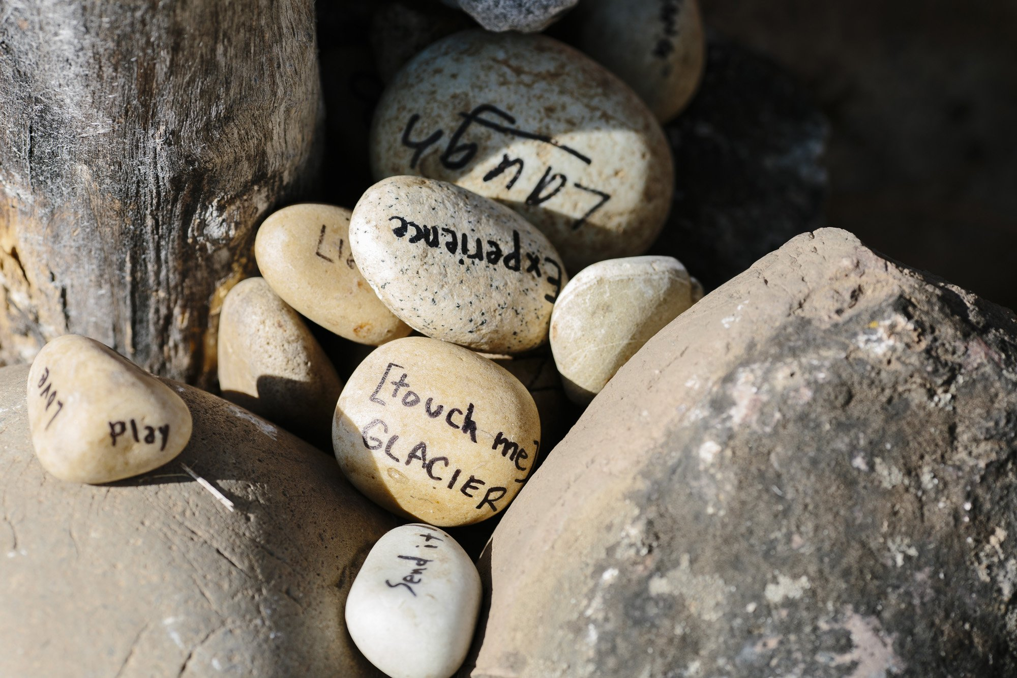 Rocks with love notes for the bride and groom at a wedding